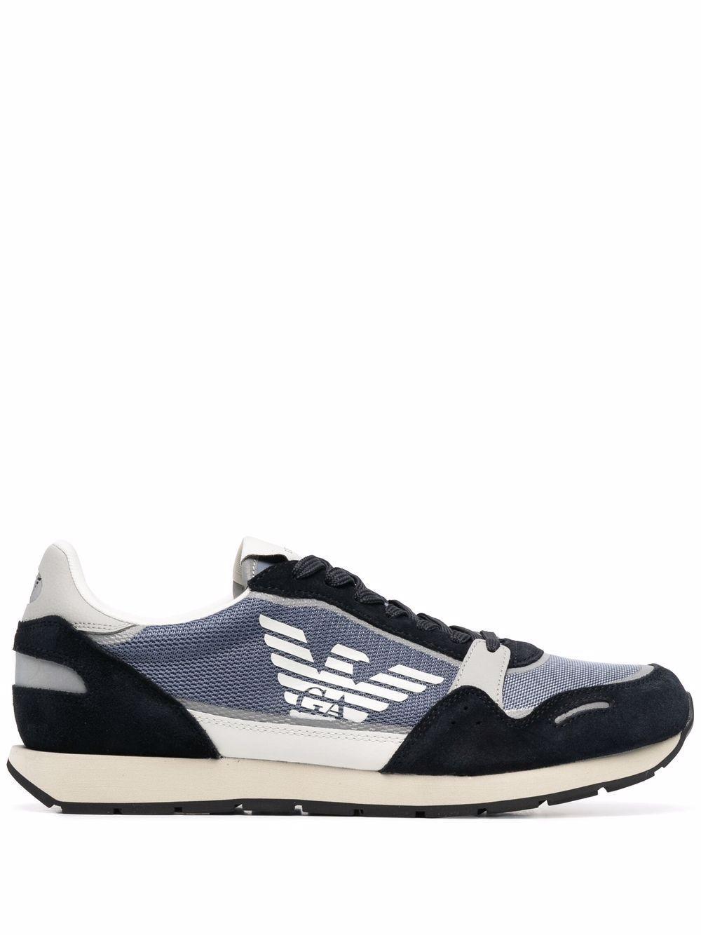 Sneaker con logo laterale